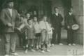 9 urterekin Oinatiko Udaletxeko arkupeetan, aitaren ondoan